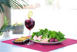 お皿に盛られたすが野の商品とワインの写真
